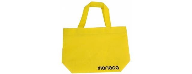 マナカイエローの背景にmanacaのロゴがデザインされた不織布バッグです。